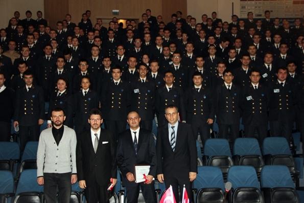 DEÜ Denizcilik Fakültesi 19. Kış Kariyer Günleri'nin Konuğu Akar Group ile toplu fotoğraf