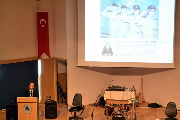 Dokuz Eylül Üniversitesi Yıldönümü Kutlamalarında Denizcilik Fakültesi Dekanı Prof. Dr. Güldem CERİT konuşmasını yaparken