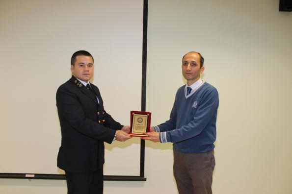 KTÜ Denizcilik Fakültesi Kariyer Günlerinin Konuğu Er Denizcilik Sayın Atilla Telli Plaketini alırken